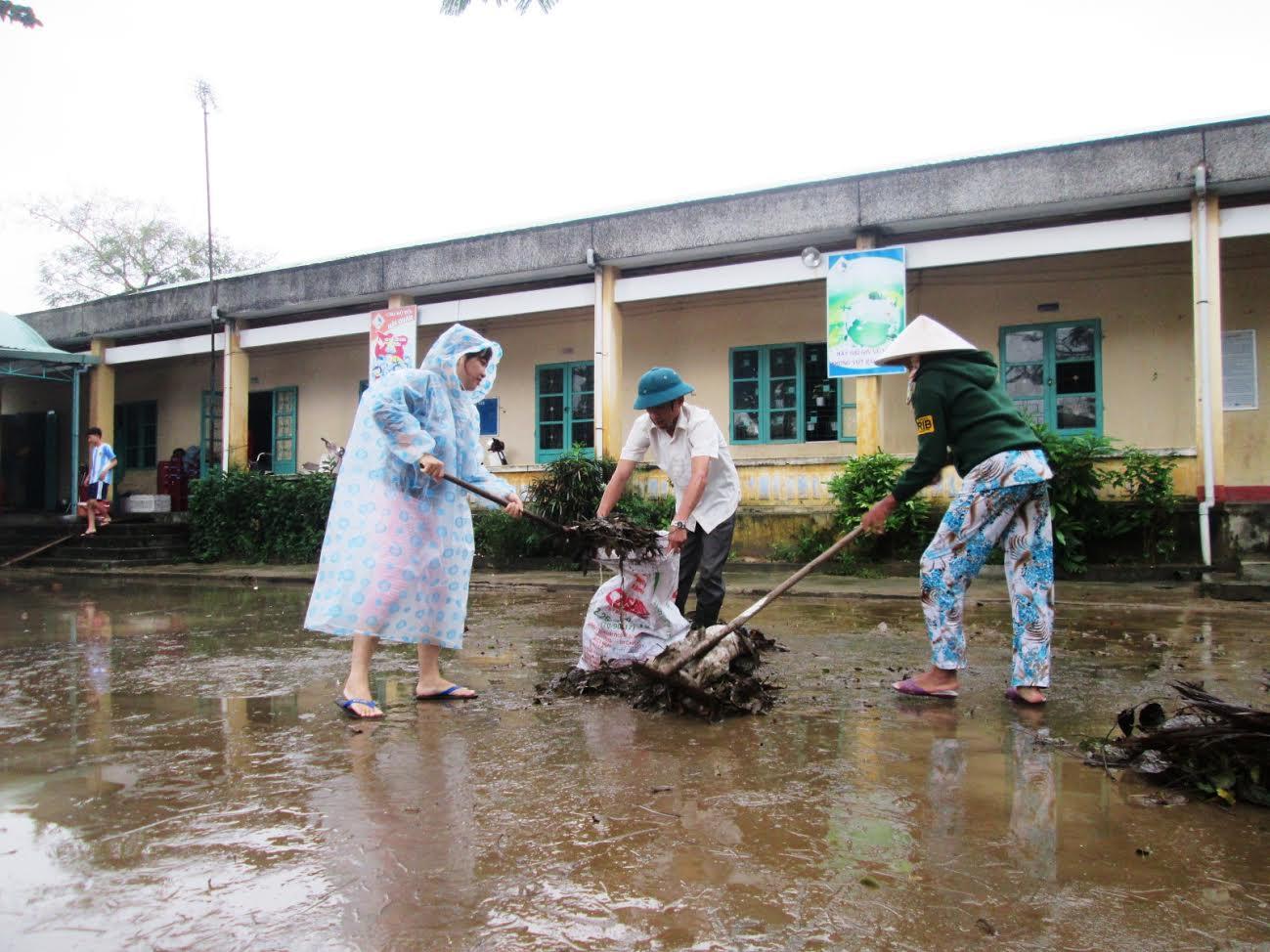 Ngay sau khi lũ rút, một số trường học khẩn trương dọn vệ sinh để học sinh sớm trở lại lớp.