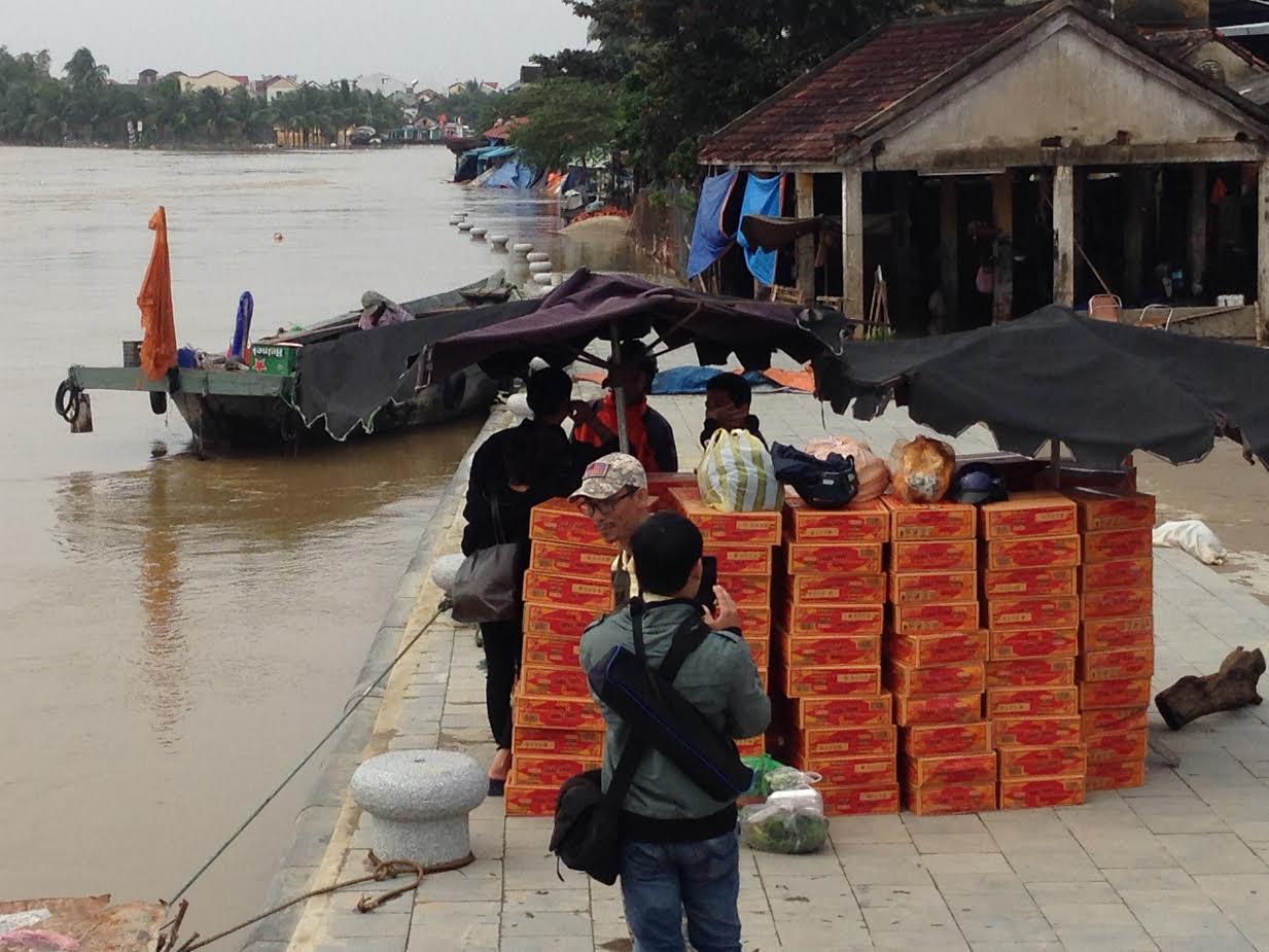 300 thùng mí gói cứu trợ dân Cẩm Kim. Ảnh: MINH HẢI