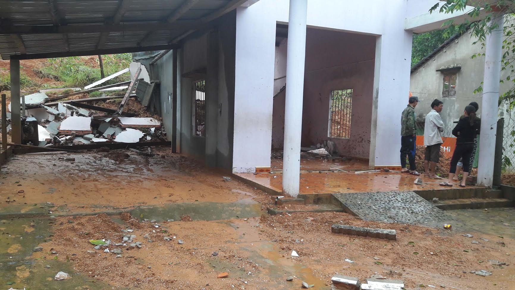 Ngôi nhà của anh Nguyễn Hữu Phước, tổ Đoàn Nước, thị trấn Bắc Trà My đã bị một khối lượng lớn đất đá đổ ập xuống làm sập hoàn toàn ngôi nhà.