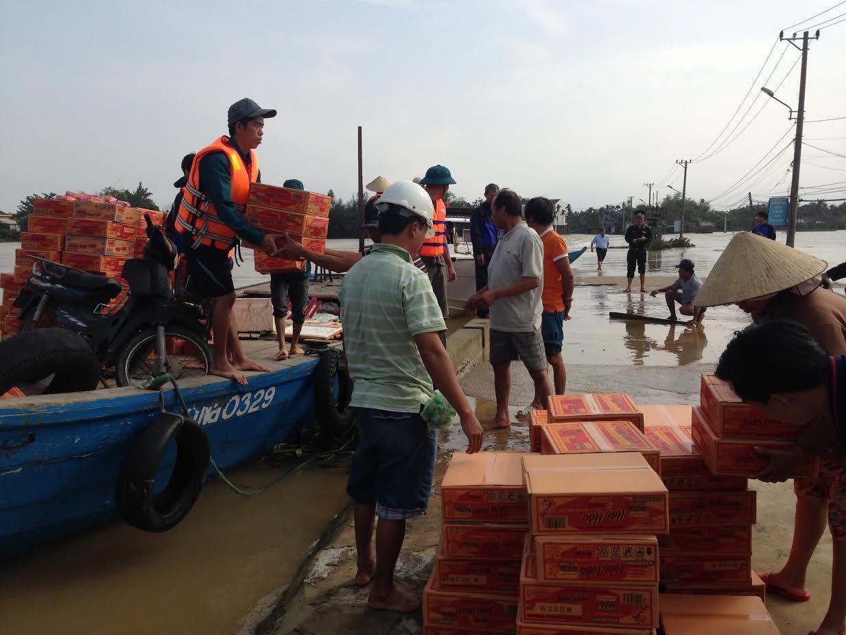 Lãnh đạo Hội An cứu trợ mì tôm, nước uốn cho những gia đình khó khăn tại Cẩm Kim