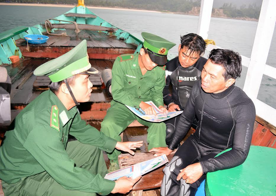 Cán bộ, chiến sĩ Đồn Biên phòng Cù Lao Chàm tuyên truyền luật biển cho ngư dân