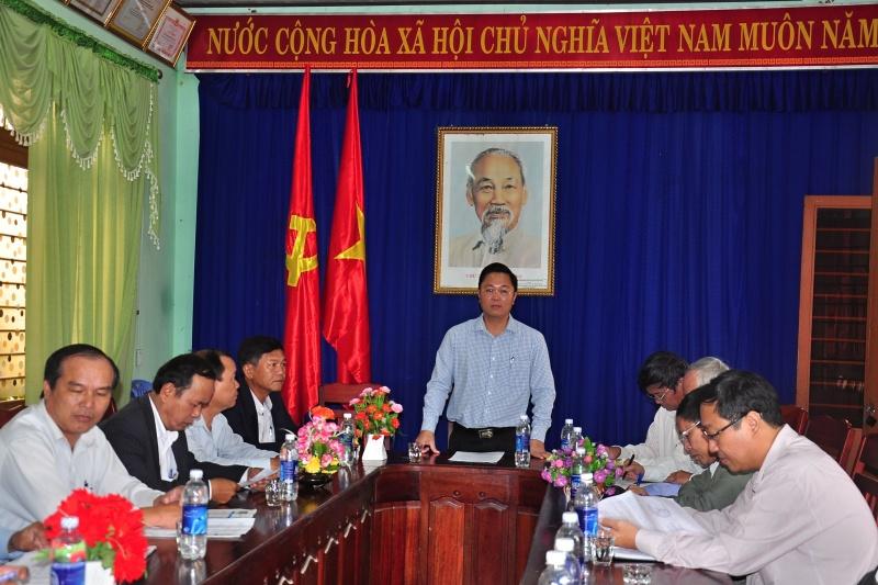 Phó Chủ tịch UBND tỉnh Lê Trí Thanh làm việc với thị xã Điện Bàn và 3 xã Gò Nổi về tình hình thiệt hại mưa lũ. Ảnh: VINH ANH