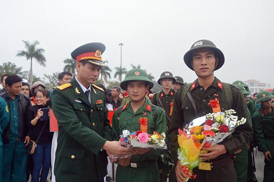 Thượng tá Lê Ngọc Hải, Chỉ huy trưởng Bộ CHQS tỉnh động viên thanh niên lên đường nhập ngũ năm 2016. Ảnh: T.ANH