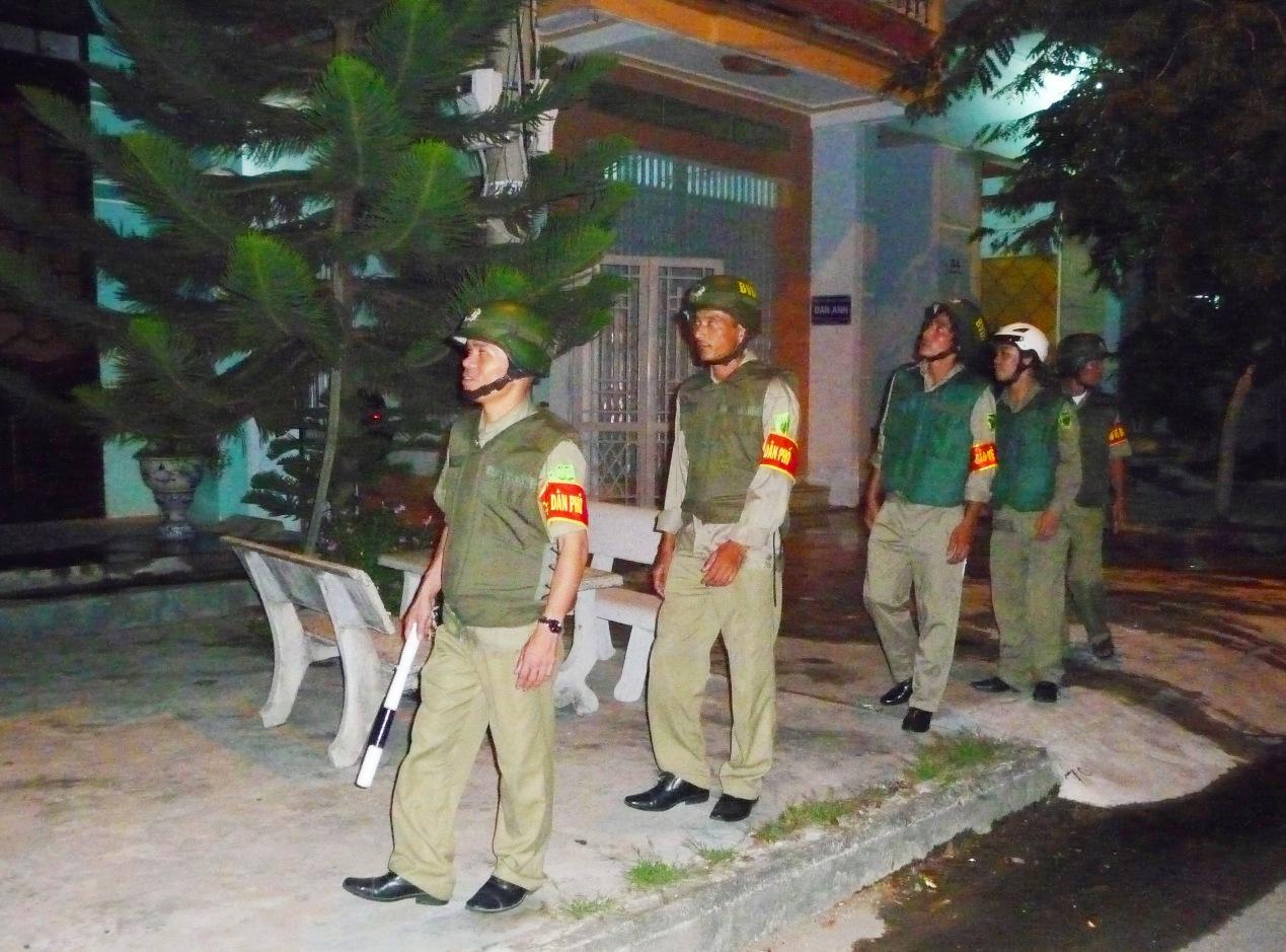 Lực lượng bảo vệ dân phố ở TP.Tam Kỳ đi tuần tra đêm. Ảnh: H.P