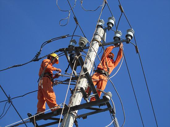 Bảo trì và sửa chữa lưới điện một cách khoa học và linh động sẽ tiết giảm thời gian mất điện. Ảnh: T.L