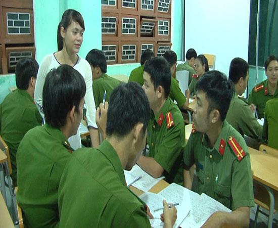 Lớp học tiếng Ca Dong của Công an huyện Nam Trà My. Ảnh: T.B