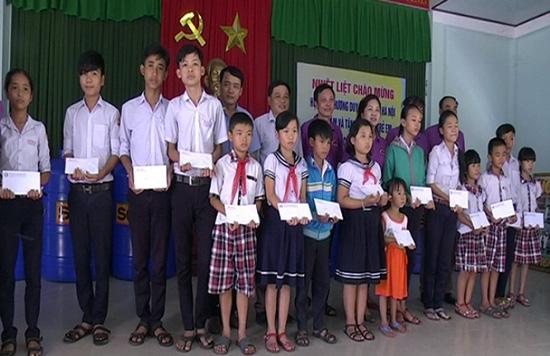 Hội đồng hương TP. Hà Nội tặng quà cho các em học sinh nghèo vượt khó xã Duy Vinh.