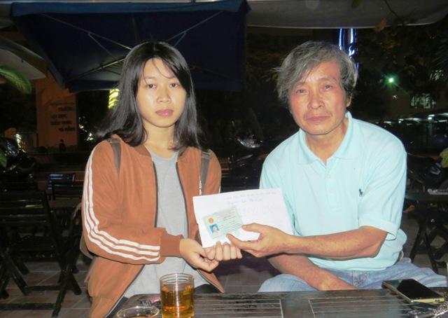 Nhà văn Hồ Trung Tú đại diện các mạnh thường quân trao 25 triệu đồng cho chị em Nhi. Ảnh: Hoàng Liên