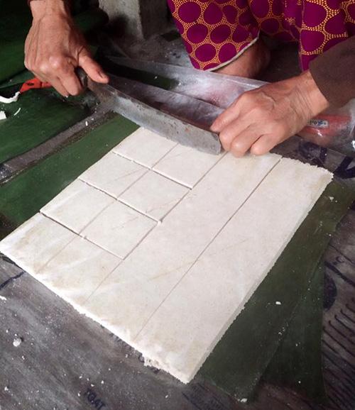 Một trong những món bánh truyền thống của bà Lê Thị Liệp (thôn Lộc Yên , xã Tiên Cảnh, Tiên Phước) được nhiều người đặt mua.Ảnh: THỤC ANH
