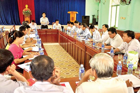 Đoàn công tác của Ban Thường vụ Tỉnh ủy làm việc với Đảng ủy xã Tam Nghĩa (Núi Thành) về công tác xây dựng Đảng của địa phương. Ảnh NG.ĐOAN