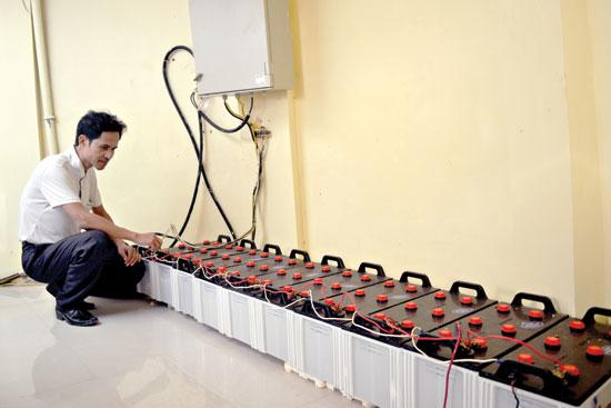 Anh Nguyễn Hiệu Hòa kiểm tra hệ thống ắc quy trước khi thắp đèn biển.Ảnh: VIỆT QUANG