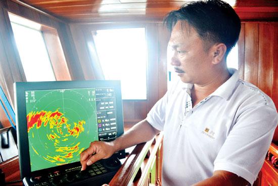 Anh Nguyễn Thanh Tiến bên máy quét cá giá trị 1,4 tỷ đồng. Ảnh: QUANG VIỆT