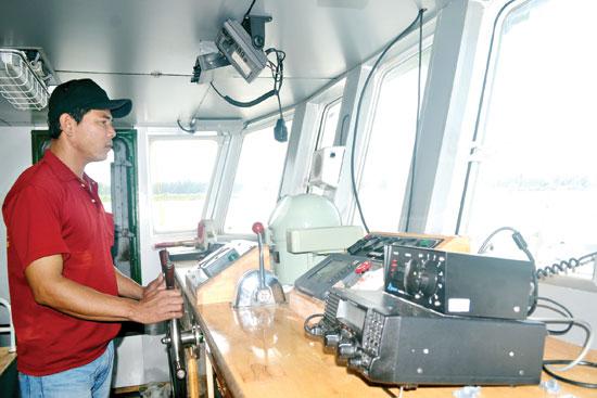 Ngư dân Phạm Hiên lái tàu vỏ thép QNa-93789.Ảnh: QUANG VIỆT