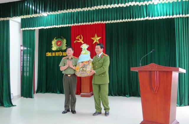 Trung tướng Nguyễn Xuân Mười trao tặng quà Tết cho cán bộ, chiến sĩ Công an Đại Lộc. Ảnh: HOÀNG LIÊN