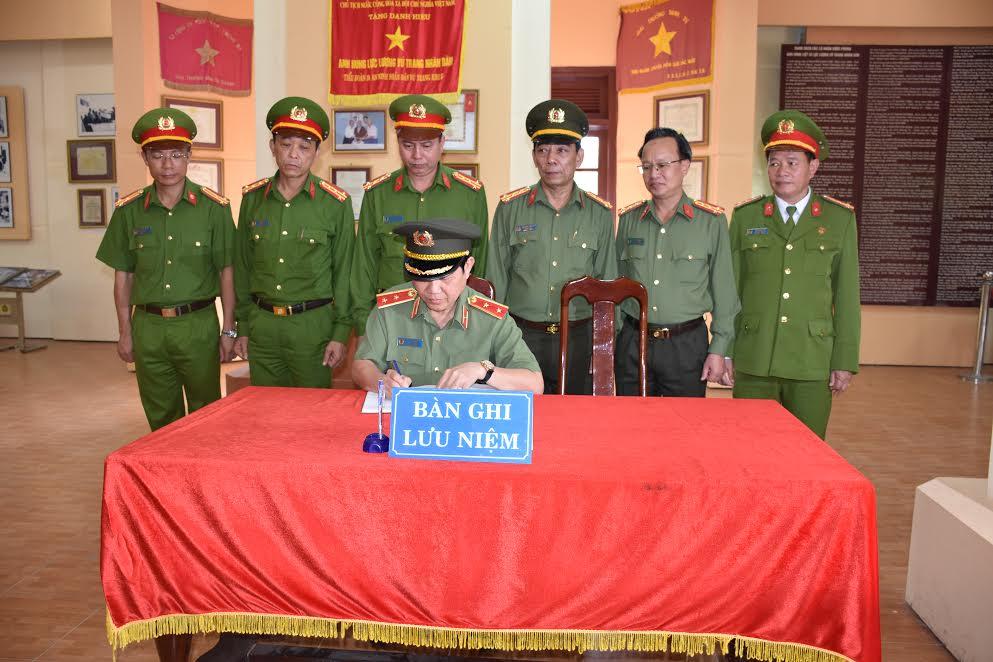 Thứ trưởng Nguyễn Văn Sơn ghi lưu niệm tại Khu di tích An ninh khu 5