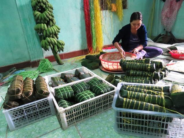 Mỗi ngày cơ sở bà Hoa gói đến vài trăm bánh chưng, bánh tét cung cấp cho bà con xóm làng xa gần. Ảnh: LIÊN - PHƯỜNG