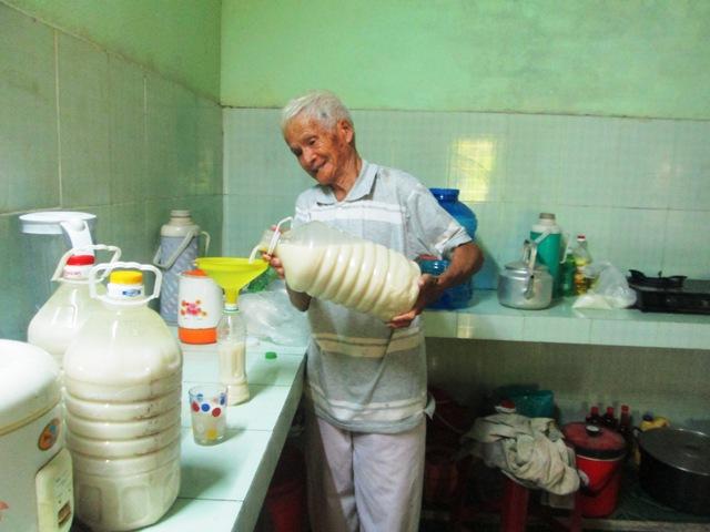Gia đình ông Nguyễn Bình mấy chục năm qua vẫn lưu giữ nét đặc trưng của làng nghề truyền thống. Ảnh: LIÊN - PHƯỜNG
