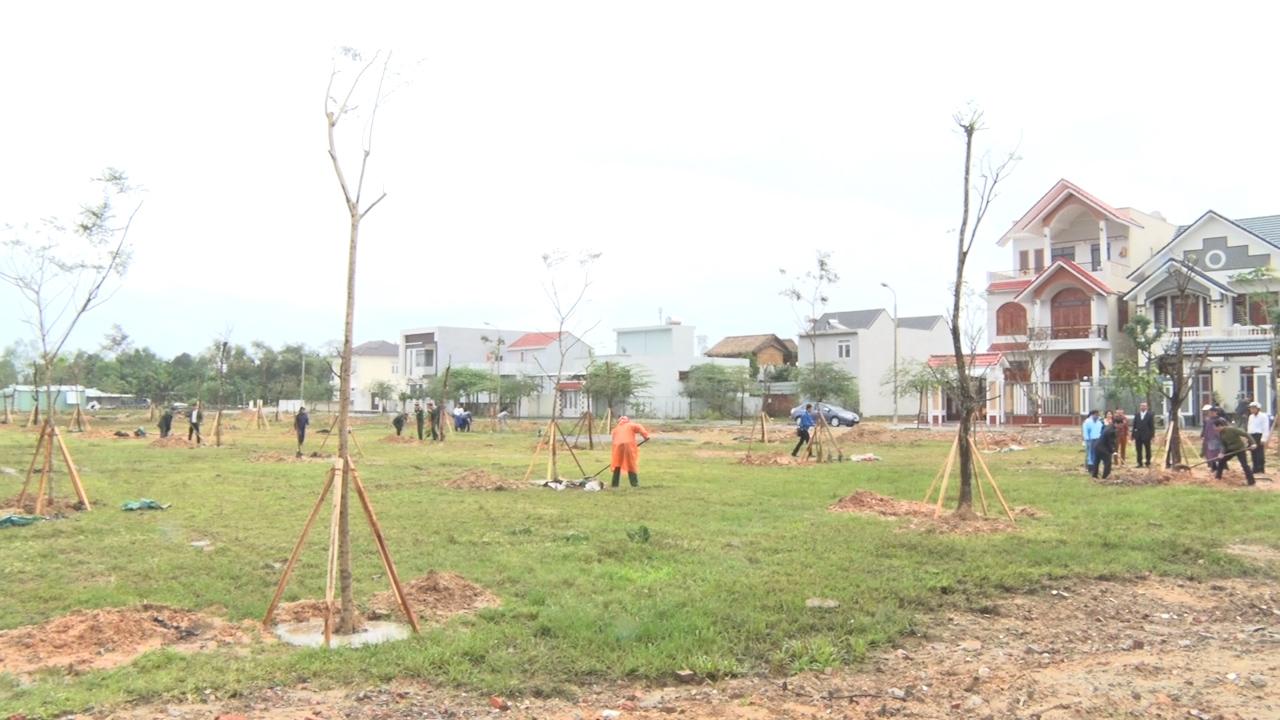 Nhiều cây xanh được trồng tại lễ phát động Tết trồng cây đời đời nhớ ơn Bác Hồ. Ảnh: MỸ LINH