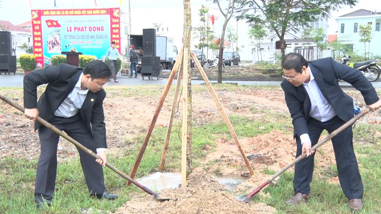 Phó Chủ tịch UBND tỉnh Lê Trí Thanh hưởng ứng Tết trồng cây đời đời nhớ ơn Bác Hồ. Ảnh: MỸ LINH