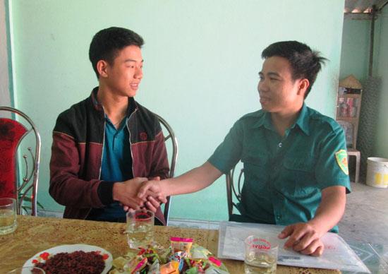 Lãnh đạo Ban CHQS xã Tiên An đến thăm hỏi, động viên thanh niên Võ Văn Nhân trước khi lên đường làm nghĩa vụ quân sự. Ảnh: NG.HƯNG