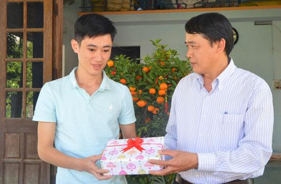 Đại diện chính quyền xã Duy Vinh (Duy Xuyên) tặng quà, động viên thanh niên trước lúc lên đường nhập ngũ. Ảnh: TUẤN ANH