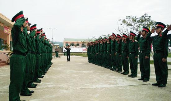 Huấn luyện điều lệnh đội ngũ cho chiến sĩ mới. Ảnh: D.L