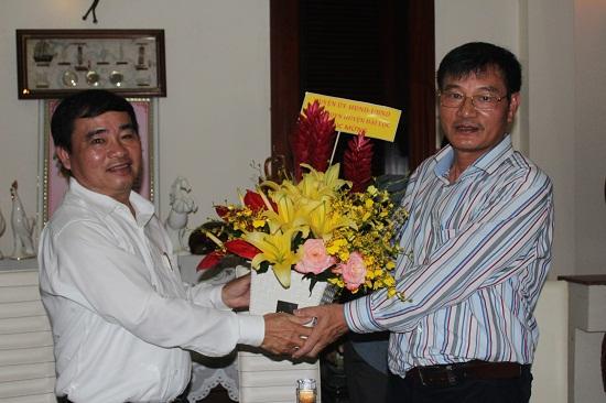 Bí thư Huyện ủy Đại Lộc - ông Phan Xuân Quang (đứng bên trái) tặng hoa chúc mừng. Ảnh: VT