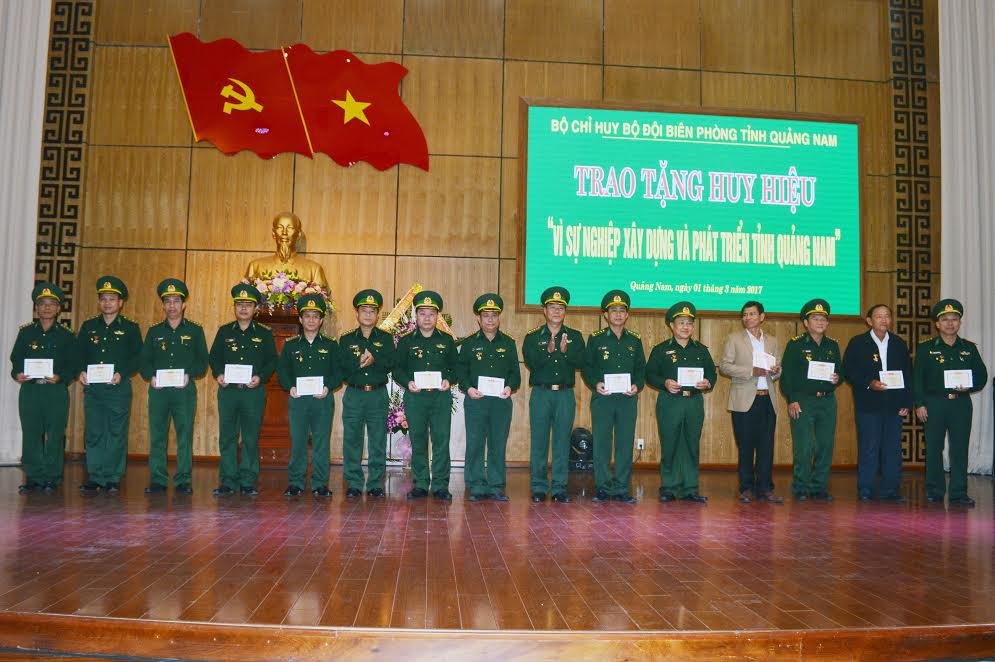 """trao Huy hiệu """"Vì sự nghiệp xây dựng và phát triển tỉnh Quảng Nam"""" cho 38 đồng chí cán bộ BĐBP Quảng Nam"""
