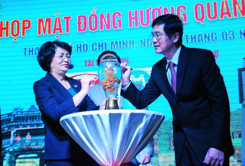 Phó Chủ tịch nước Đặng Thị Ngọc Thịnh và Bí thư Tỉnh ủy Nguyễn Ngọc ký vào Giấy xác nhận củ sâm Ngọc Linh