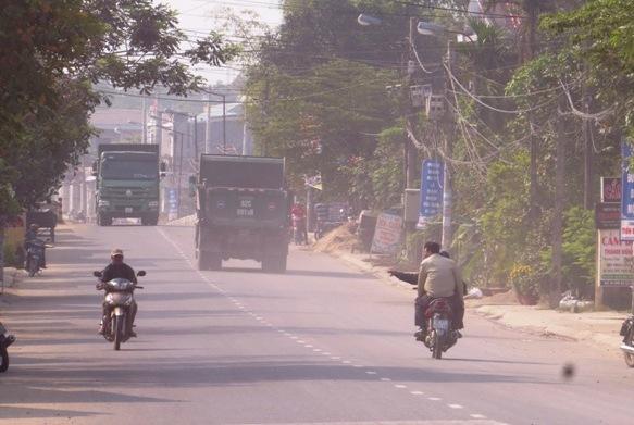 Xe quá tải lưu thông trên tuyến nội thị Ái Nghĩa. Ảnh: TRIÊU NHAN