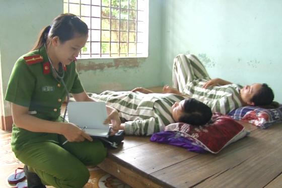 Hình: Nữ Cán bộ y tế Trại tạm giam theo dõi, điều trị cho các can phạm nhân