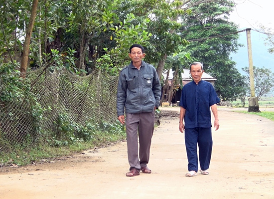 Hưởng ứng chủ trương xây dựng nông thôn mới, người dân xã Quế Lộc (Nông Sơn) đã tự nguyện hiến hàng nghìn mét vuông đất để nâng cấp, mở rộng giao thông nông thôn.Ảnh: P.VINH