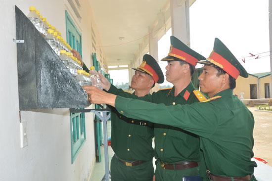 Trung tá Phạm Văn Dũng (giữa) kiểm tra công tác chuẩn bị cho huấn luyện chiến sĩ mới năm 2017.Ảnh: D.LÊ