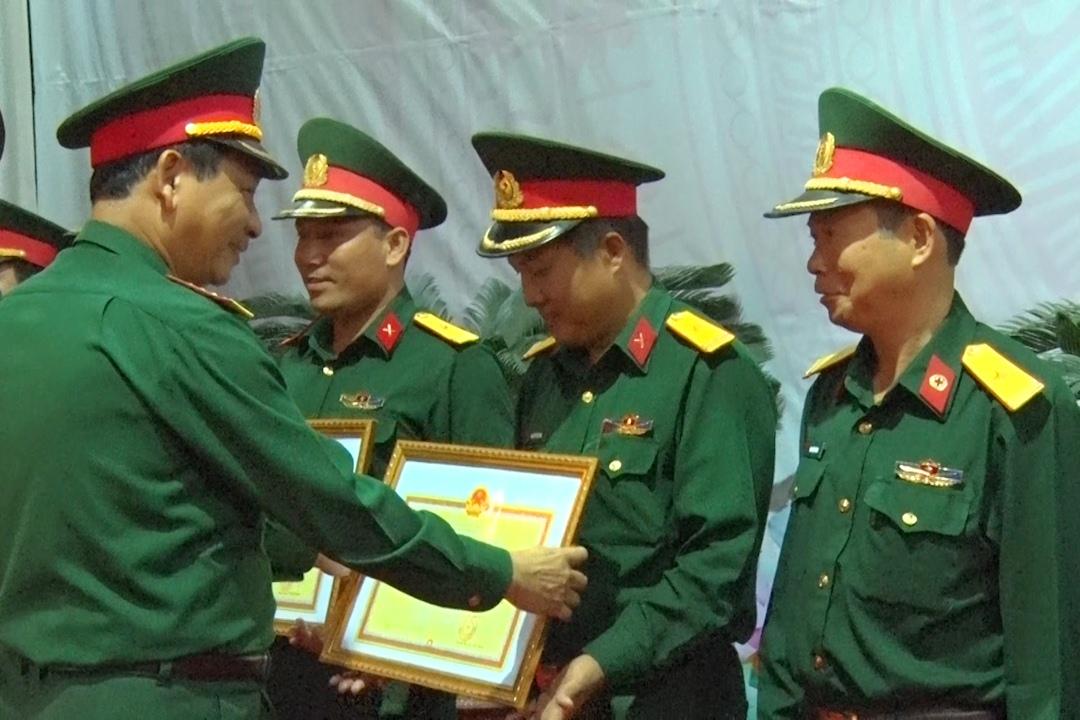Đại diện Đảng ủy Quân sự tỉnh trao giấy khen cho các cá nhân, tập thể làm tốt Chỉ thị 788. Ảnh: A.N