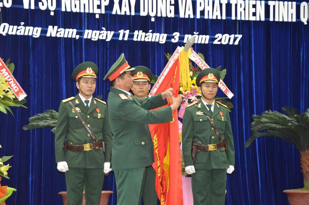 Thừa ủy quyền của Chủ tịch nước, Thiếu tướng Ngô Quý Đức, Phó Tư lệnh – Tham mưu trưởng Quân khu 5 trao tặng Huân chương Bảo vệ Tổ quốc hạng nhì cho LLVT tỉnh.