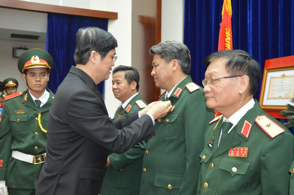 """trao tặng Huy hiệu """"Vì sự nghiệp xây dựng và phát triển tỉnh Quảng Nam"""" cho các đồng chí là lãnh đạo, chỉ huy Bộ CHQS tỉnh từ năm 1997 đến nay"""