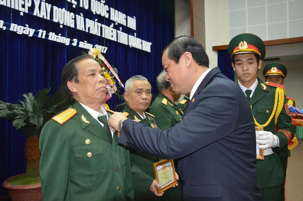 """Huy hiệu """"Vì sự nghiệp xây dựng và phát triển tỉnh Quảng Nam"""""""
