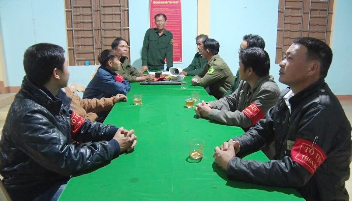 Các thành viên tổ tự quản thôn Đại Đồng họp triển khai nhiệm vụ.