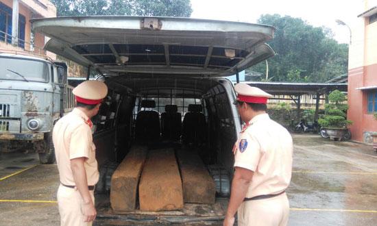 Chiếc xe biển số xanh ngụy trang thành xe cứu thương chở gỗ lậu được Đội CSGT số 2 phát hiện, tạm giữ vào cuối năm 2016. Ảnh: T.C