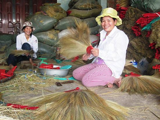 Hầu hết chủ cơ sở ở các làng nghề đang cần vốn để mở rộng quy mô sản xuất.Ảnh: VĂN SỰ