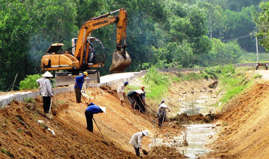 Những năm qua, tỉnh ưu tiên nguồn vốn đầu tư nâng cấp hệ thống kênh chính của hồ chứa Phú Ninh.Ảnh: VĂN SỰ
