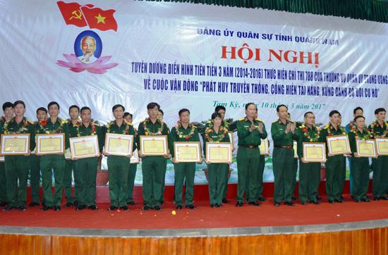 Nhiều cá nhân, đơn vị trong lực lượng vũ trang tỉnh được tuyên dương khen thưởng tại sơ kết 3 năm triển khai thực hiện Chỉ thị 788 của Thường vụ Quân ủy Trung ương. Ảnh: ALĂNG NGƯỚC