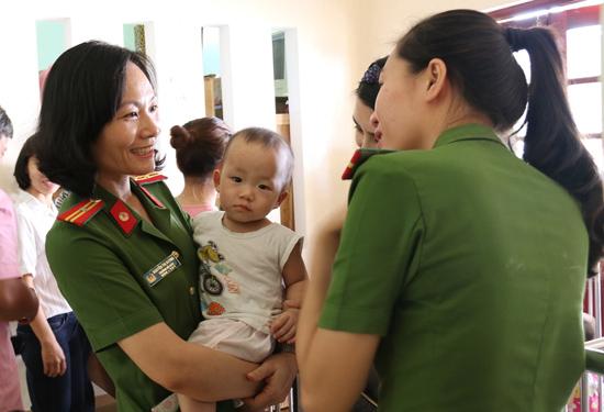 Hội viên phụ nữ Trường Trung cấp Cảnh sát nhân dân 5 và trẻ em làng Hòa Bình. Ảnh: THÀNH CÔNG