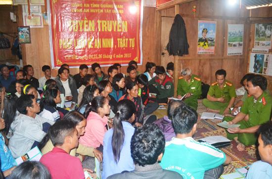 Một buổi tuyên truyền pháp luật của cán bộ, chiến sĩ Công an huyện Tây Giang với đồng bào miền núi. Ảnh: CATG
