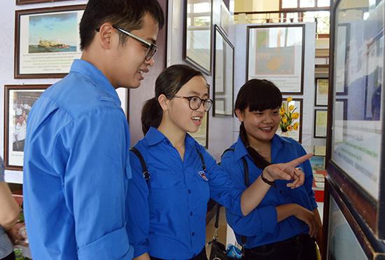 Triển lãm thu hút sự quan tâm tìm hiểu của đoàn viên thanh niên, học sinh về chủ quyền của Việt Nam đối với quần đảo Hoàng Sa và Trường Sa. Ảnh: VĨNH LỘC