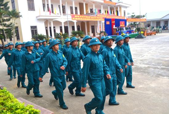 Cán bộ, chiến sĩ lực lượng vũ trang xã Jơ Ngây tham gia huấn luyện điều lệnh. Ảnh: ALĂNG NGƯỚC