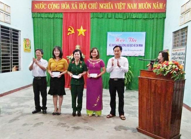 Lạnh đạo Đảng ủy phường An Mỹ trao thưởng cho các thí sinh đoạt giải hội thi. Ảnh: Mai Phượng