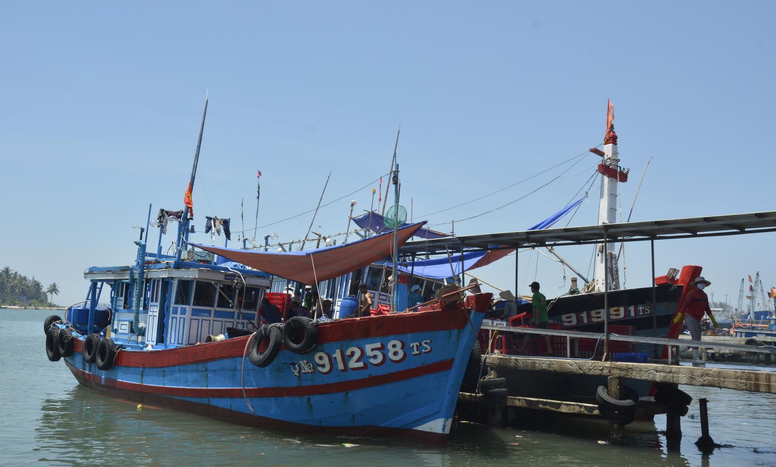 Tàu cá của ngư dân Núi Thành tại bến cá Tam Quang chuẩn bị cho chuyến đi Hoàng Sa - Trường Sa. Ảnh: XUÂN THỌ