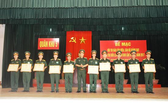 Trung tướng Trần Quang Phương - Ủy viên Trung ương Đảng, Chính ủy Quân khu 5 trao thưởng cho các thí sinh đạt thành tích cao tại hội thi. Ảnh: D.L