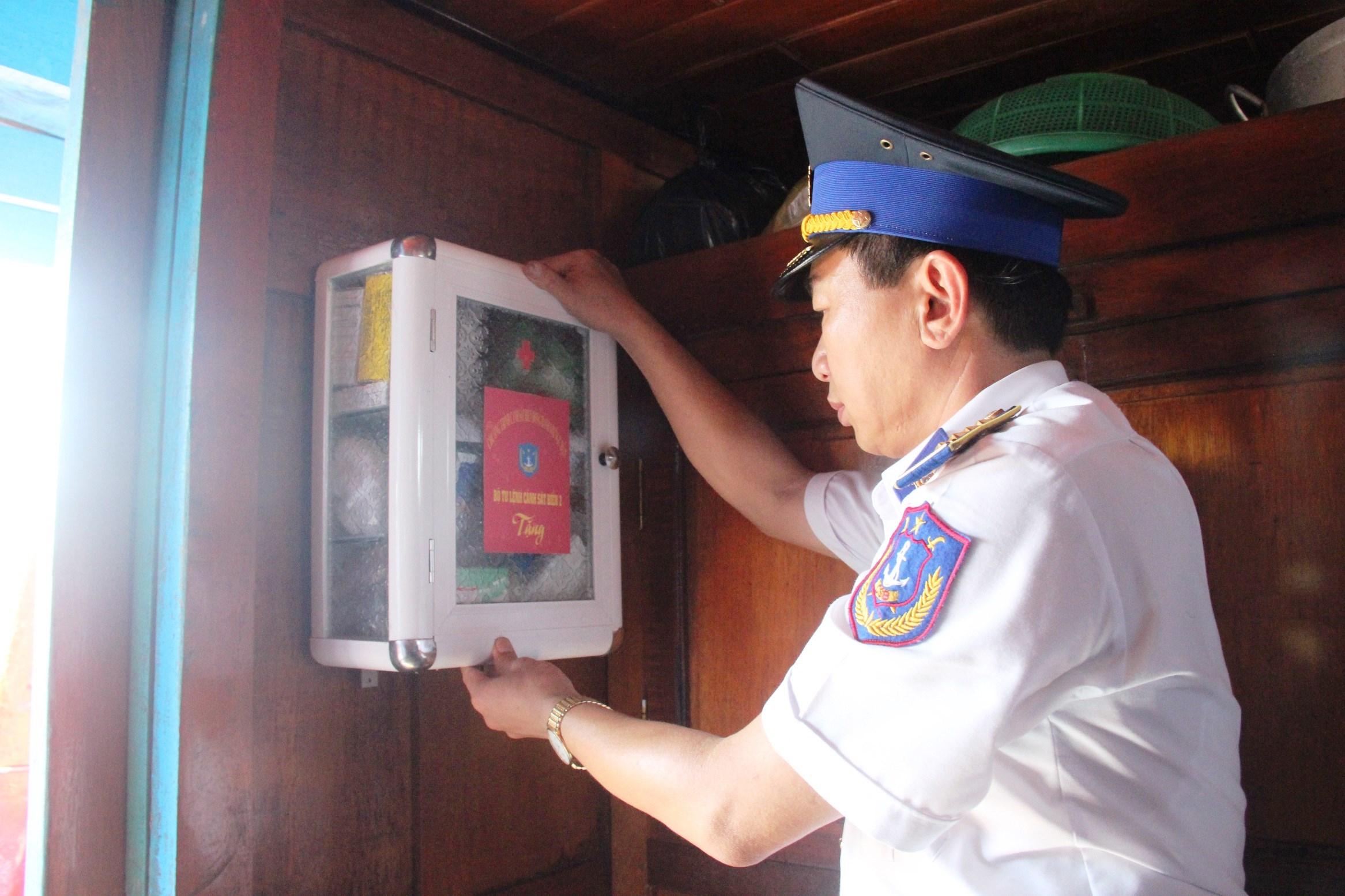 Bộ Tư lệnh Vùng Cảng sát biển 2 tặng tủ thuốc cho ngư dân. Ảnh: XUÂN THỌ